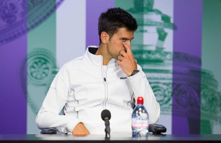 Djokovic tijdens de persconferentie nadat hij heeft opgegeven. Beeld afp