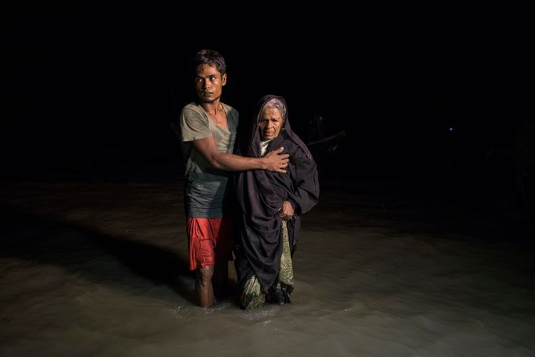 Hundreds of Rohingya arrive by boats in the safety of darkness via the September 26, on Shah Porir Dwip island, Cox's Bazar, Bangladesh.  Beeld Getty Images