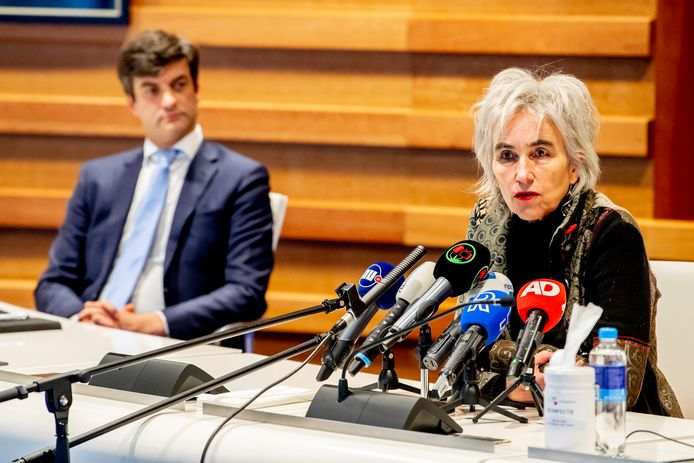 Burgemeester Pieter van de Stadt en viroloog Marion Koopmans (r) van het Erasmus MC tijdens de persconferentie.