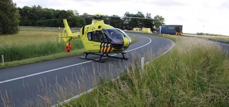 Motorrijdster vliegt bij Nagele over de vangrail en raakt zwaargewond