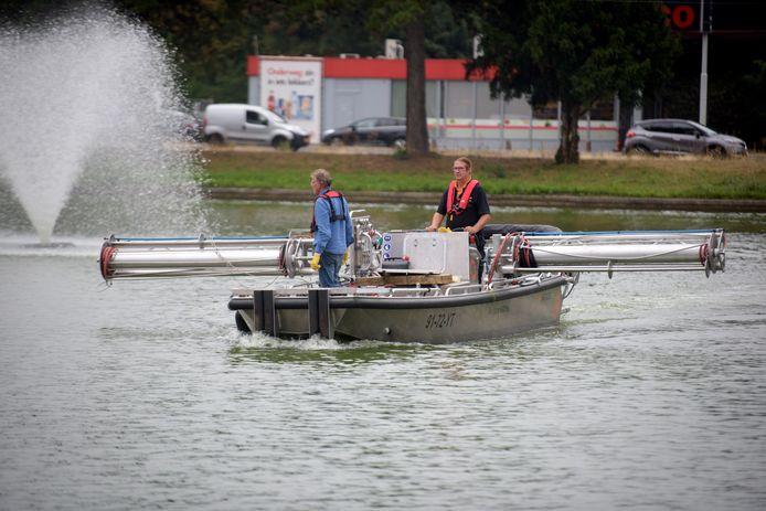 Een speciale boot doseert waterstofperoxide tegen blauwalg bij De IJzeren Man in Eindhoven.