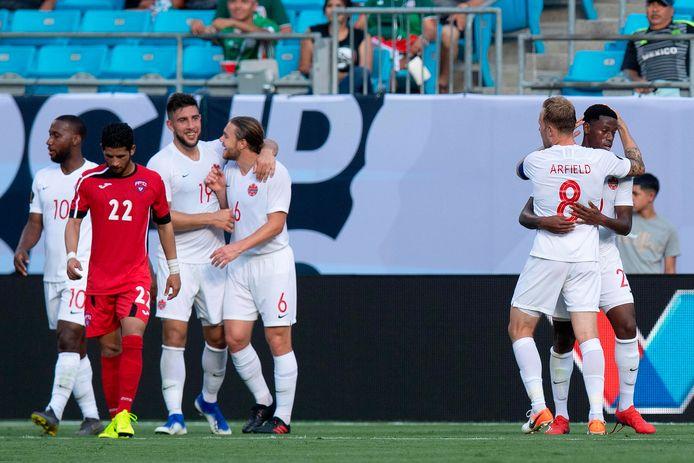 De Canadese spelers vieren de ruime overwinning op Cuba.