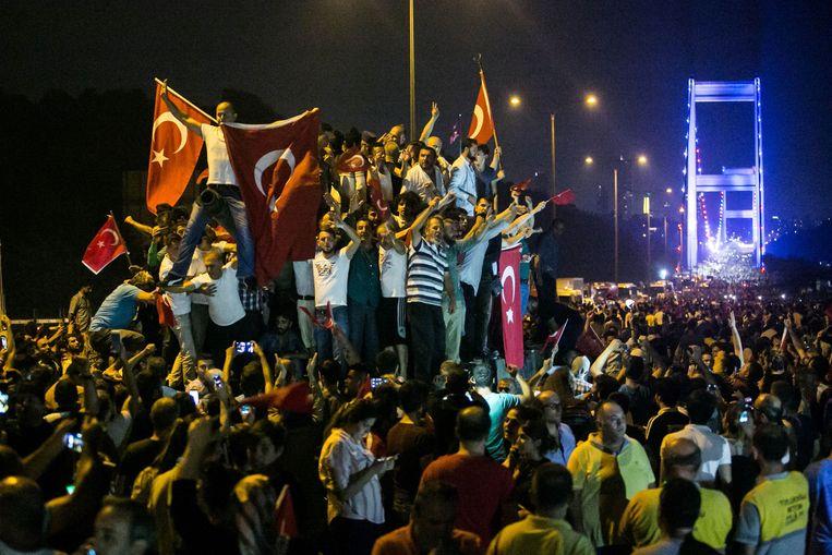 Demonstranten in Istanbul tijdens de poging tot staatsgreep in 2016. Beeld AFP