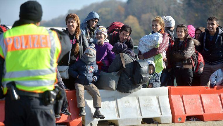 Vluchtelingen bij de grens tussen Oostenrijk en Duitsland, gisteren. Beeld epa