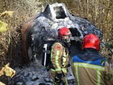 Reddingsboot brandt uit middenin bossen bij Neerkant, rookwolk in omgeving te zien