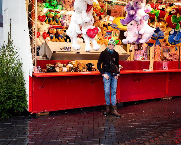 Louis voor een kermiskraam met kerstbomen,  Amsterdam 2017. Beeld Tara Fallaux