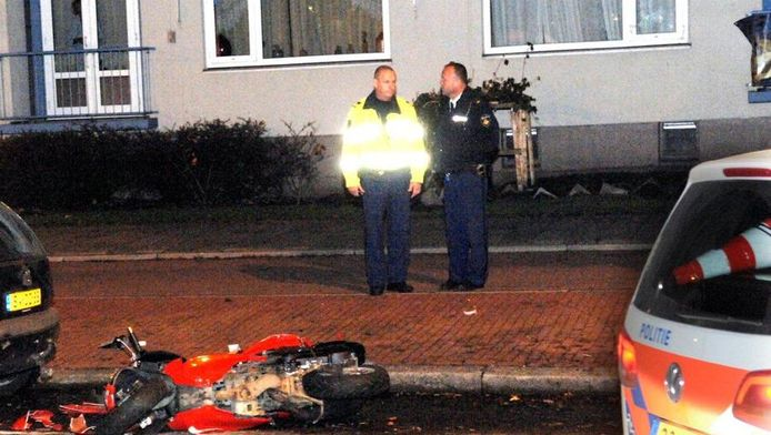 De zwaarbeschadigde scooter vormt het trieste decor van een fatale achtervolging
