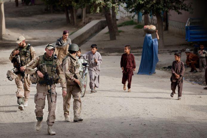 Nederlandse militairen brengen een bezoek aan een politiepost in de stad Kunduz.