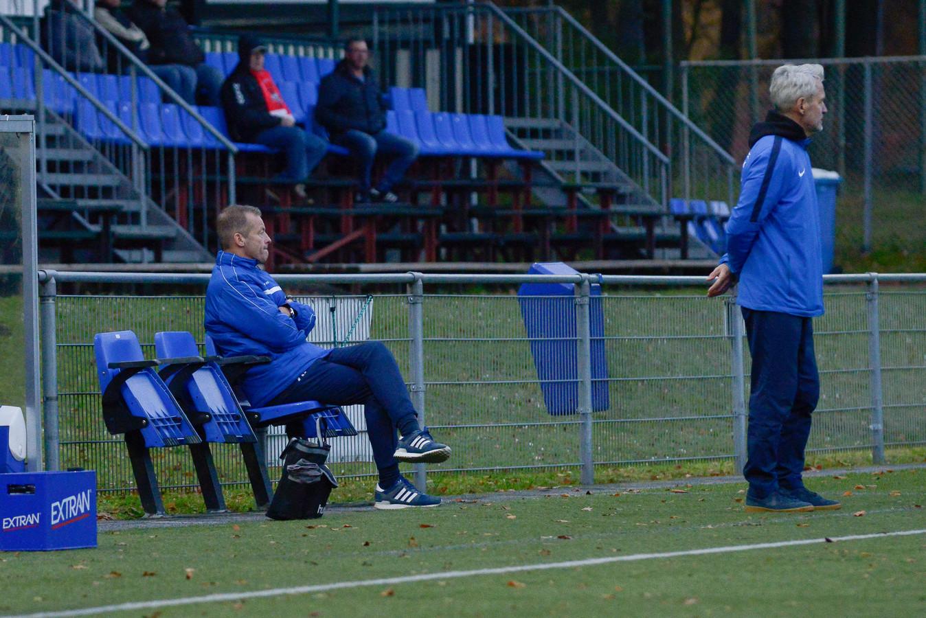AGOVV-trainers Ben Kanselaar (rechts) en Gerrit Brouwer.