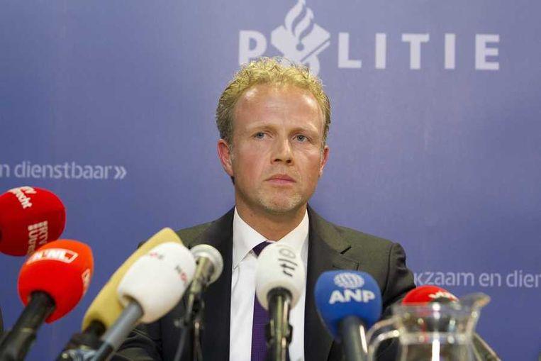 De Utrechtse hoofdofficier van justitie Johan Bac zondagavond tijdens de persconferentie. Beeld anp