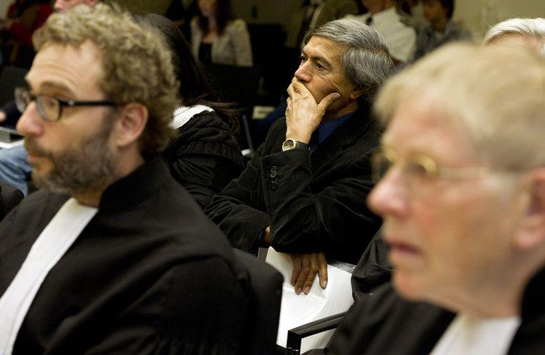 Advocaten mr. Michiel Pestman (L) en mr. Ties Prakken (R) maandag tijdens het proces tegen Geert Wilders. Op de achtergrond (midden) Mohammed Rabbae (landelijk beraad Marokkanen) die maandag zelf het woord gaat voeren. Beeld