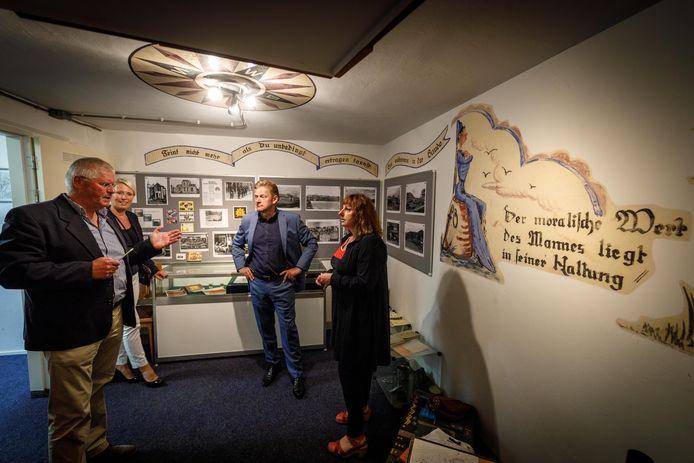 Majoor buiten dienst Sierd Tilma leidt bezoekers rond in het beroemde kelderbarretje van de Kornputkazerne, zijn oude basis.