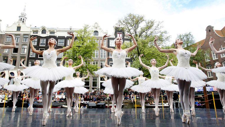 In het Amsterdamse Bos is zondag een voorproefje van het Grachtenfestival te beluisteren. Op deze foto: Het Nationale Ballet toont een fragment uit het Zwanenmeer ballet tijdens het Grachtenfestival vorig jaar. Beeld ANP