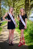 Myrthe van der Vlies (rechts) met medekandidaat Kim van der Vlies. Ze zijn geen familie van elkaar, maar maken allebei kans om tot mooiste vrouw van Nederland te worden gekozen.