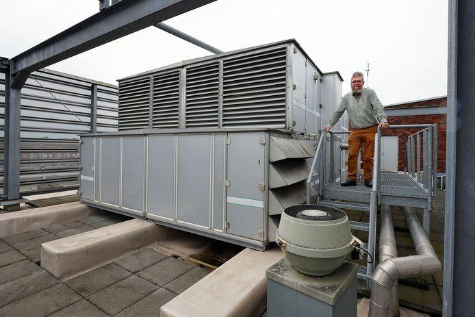 Rector Charles van Wettum van het Jan Tinbergen College in Roosendaal op het dak van de middelbare school. Daar staat het ventilatiesysteem dat ervoor zorgt dat het gebouw continu van verse lucht wordt voorzien.