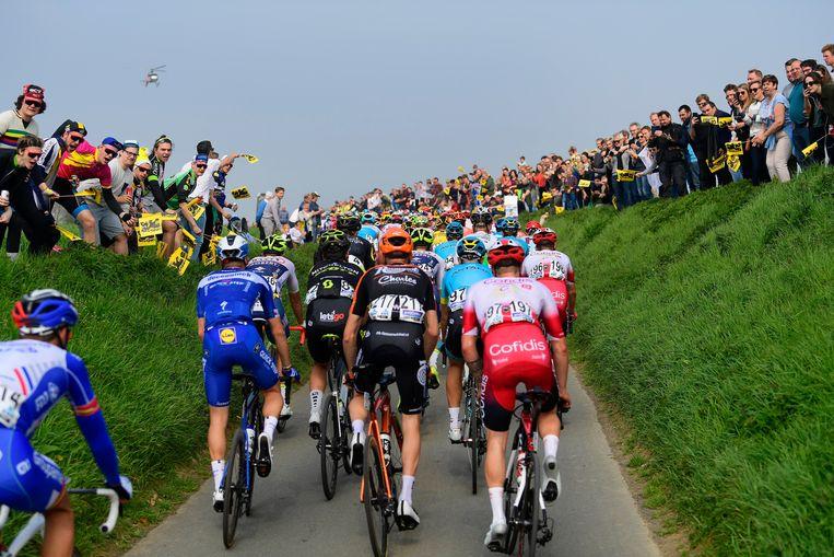 De renners beklimmen de Ladeuzestraat in Oudenaarde tijdens de Ronde van Vlaanderen in 2019. Dit najaar zou de klassieker gelijktijdig met de Giro op het programma staan. Beeld Photo News