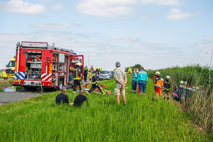 Op de M.A. Reinaldaweg (N210) tussen Schoonhoven en Cabauw vond vrijdagmiddag omstreeks 14.15 uur een ernstig verkeersongeval waarbij twee personenauto's door nog onbekende oorzaak van de weg raakten en in het talud naast de slootkant belandden.