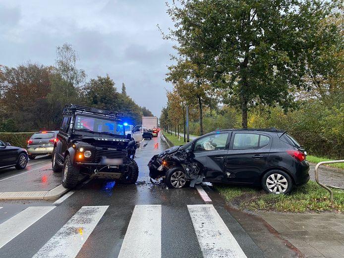 Een terreinwagen en personenwagen botsten op elkaar.
