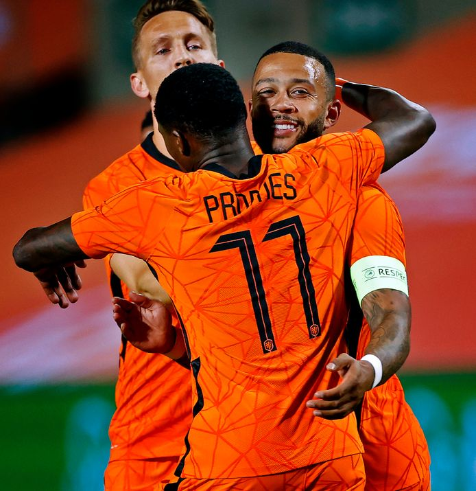 Nederland-Schotland oefenwedstrijd EK 2021 Memphis Depay juiucht na de 2-2 met Promes Foto ; pim Ras