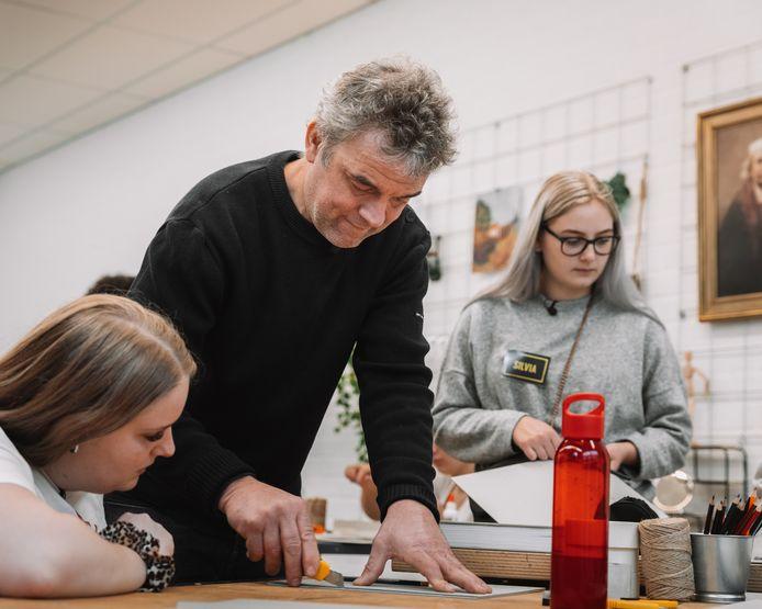 Piet Hein Eek geeft uitleg aan de leerlingen van Dream School.