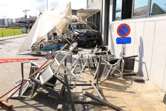 De man werd onwel en reed in op het terras van café De Kaailopers aan de Wilfordkaai.