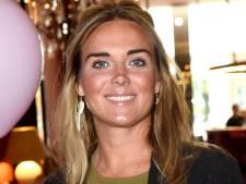 Hazes' ex Monique Westenberg neemt therapeutenteam in de arm