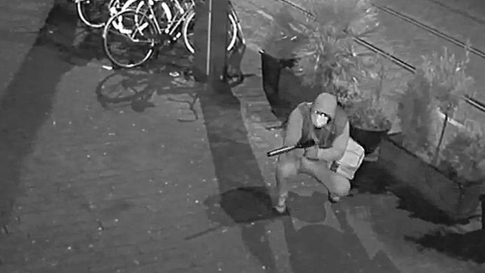 De gezochte schutter tijdens de beschieting van het restaurant aan de Nieuwe Binnenweg.