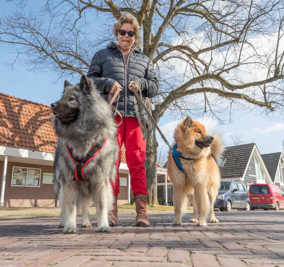 Ans Lockefeir met haar honden Denzo (bruin) en Mayra.