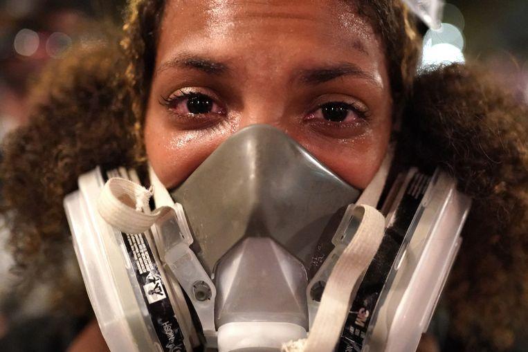 Vrouw met gasmasker tegen het traangas.  Beeld Getty Images