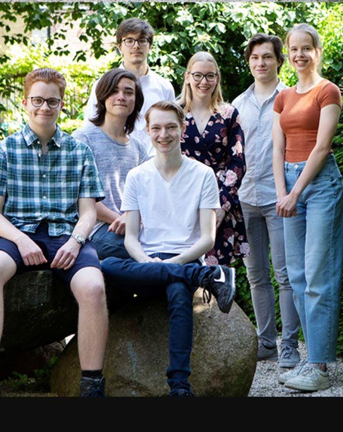 Een deel van de genomineerden voor de KNAW Onderwijsprijs met linksboven Stevan Pavlovic , David  Chen is de tweede van rechts.
