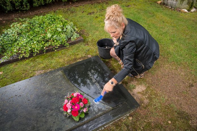 Jolanda de Vries bij het graf van haar broer Herman in Epe.