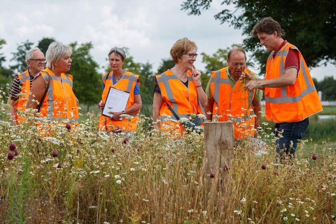 In de gemeente Moerdijk zijn in het voorjaar bloembollen geplant. Bras Fijnaart maakt vandaag met dorpsbewoners een ronde langs de plaatsen waar de bollen mooi op zijn gebloeid. Gert-Jan Koopman (r) vertelt wat er groeit en bloeit.
