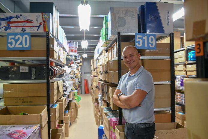 Directeur Tom te Riele in een van de magazijnen van het bedrijf.