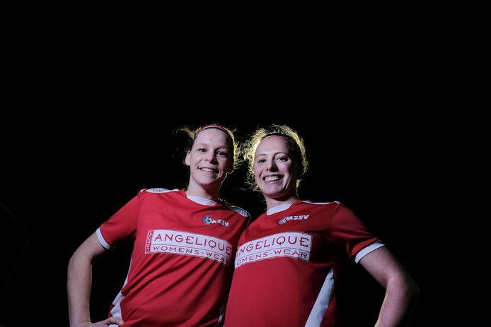 Voetbalsters, zoals hier Marijke Somsen en Judith Westervelt van het Aaltense AZSV, mogen vanaf volgend seizoen bij de mannen in competitieverband spelen.