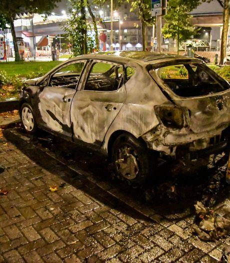 Twee auto's kort na elkaar volledig uitgebrand in Rotterdam