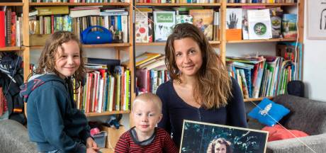 Anna verloor haar moeder al jong en maakt er een voorstelling over: 'Zaterdag is het moeder-zonder-moeder-dag'