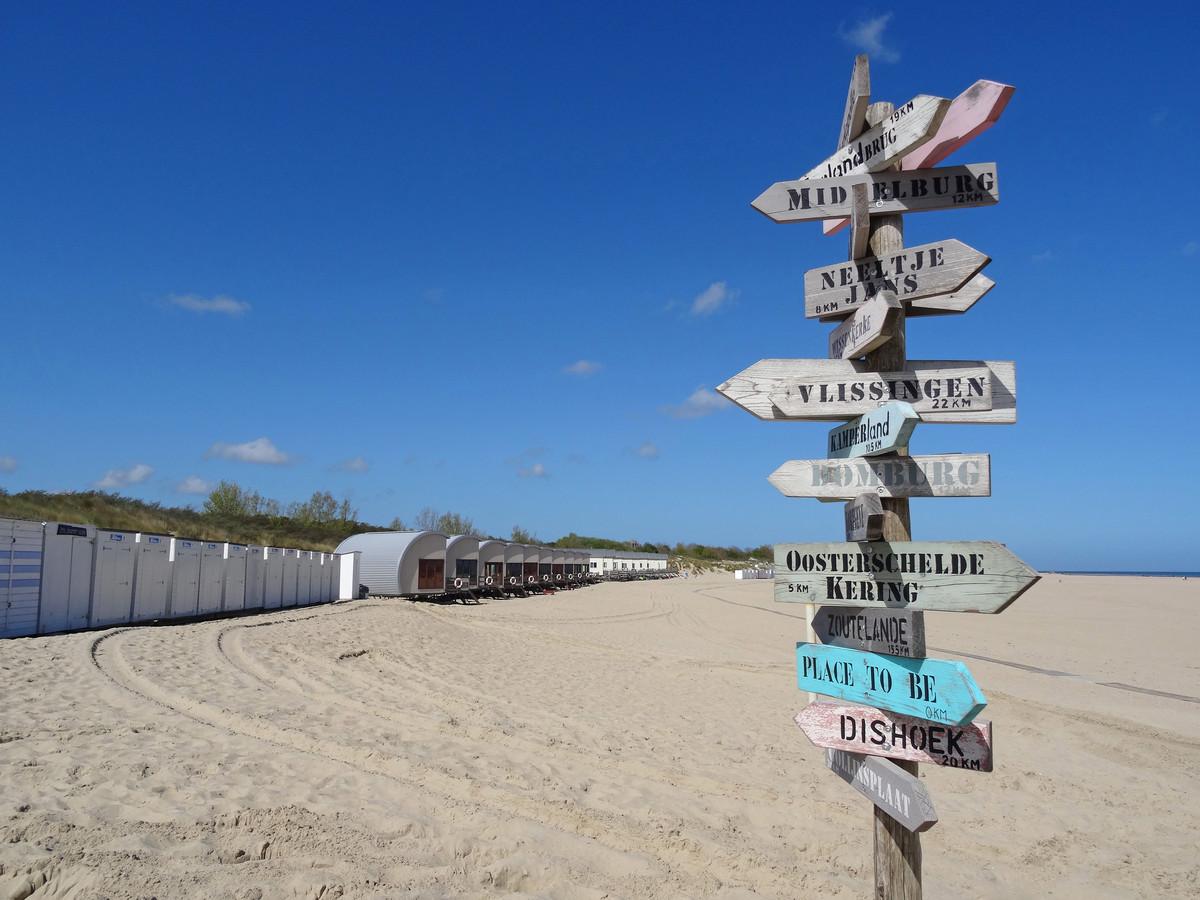 Het strand van Vrouwenpolder als centrum van Zeeland waarvandaan alle wegen vertrekken.