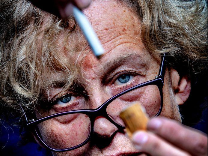 Bénédicte Ficq en de filtergaatjes in de 'sjoemelsigaret'. Hoeveel schadelijke stoffen bevat het merk dat jij rookt? Ontdek het onderaan dit artikel.