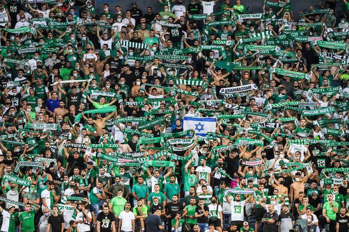 De supporters van Maccabi Haifa zorgden voor sfeer in het eerste groepsduel in de Conference League.