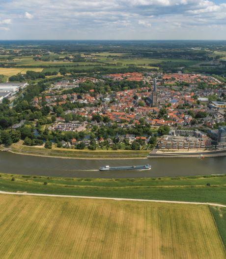 Eigen atlas voor de IJssel, mét dronefoto's en oude kaarten: staat uw huis erin?