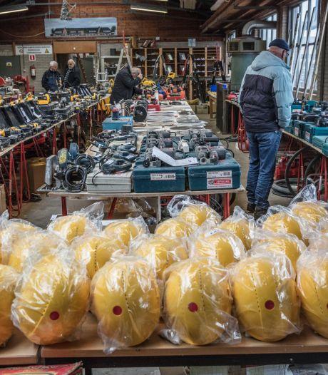 Kijkmiddag bij failliet bouwbedrijf Adriaans in Helmond: 'Iedereen wil nu spullen hebben'