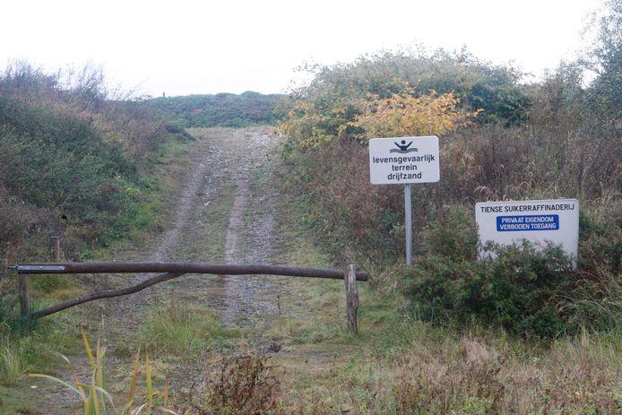 Achter deze heuvel bevinden zich de bezinkingsvijvers van de Suikerraffinaderij, die volgens de milieu-inspectie bijdragen aan de geurhinder in Oplinter.
