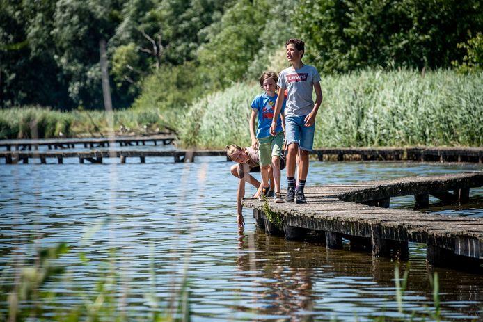 Wandelen langs het meer in Het Vinne.