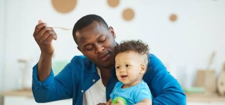 Het leek er even op dat vaders vaker de zorg voor kinderen op zich namen, maar niets blijkt minder waar