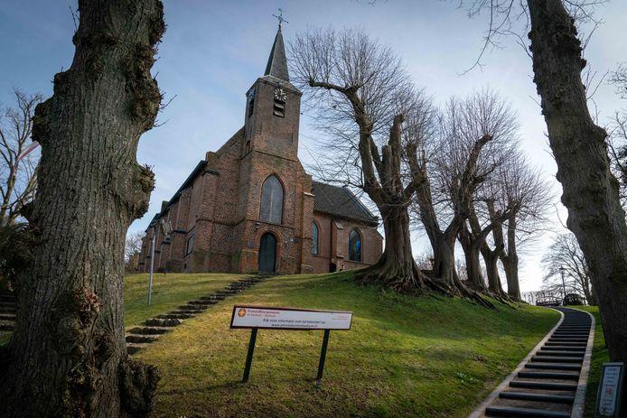 Het ruim vijfhonderd jaar oude kerkje op de heuvel in Heelsum.