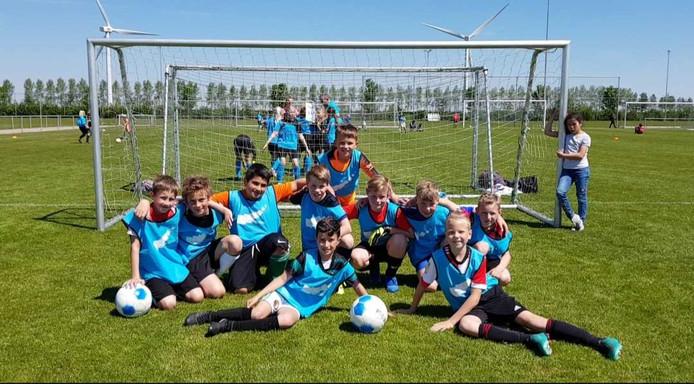 De voetballers van de Plaswijckschool uit Gouda mogen naar de districtsfinale van het schoolvoetbal.