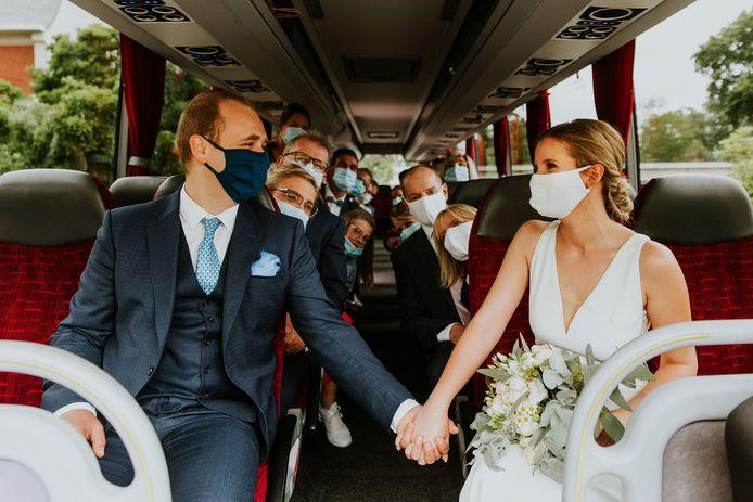 Zelf verplaatste ze haar feest, maar huwelijksfotografe Floor Bogaerts blijft wel foto's maken van andermans trouw. Zoals dit hartverwarmende beeld van Tamaico De Pooter en Nicky Govers: op de bus, mét mondmasker.