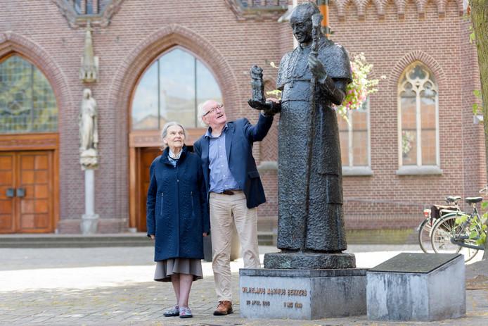 Mathilde Alkemade en Wim van Kreij bij het standbeeld van monseigneur Marinus Bekkers op het Kerkplein in Sint-Oedenrode. Bekkers was bisschop van het bisdom 's-Hertogenbosch van 1960 tot 1966.