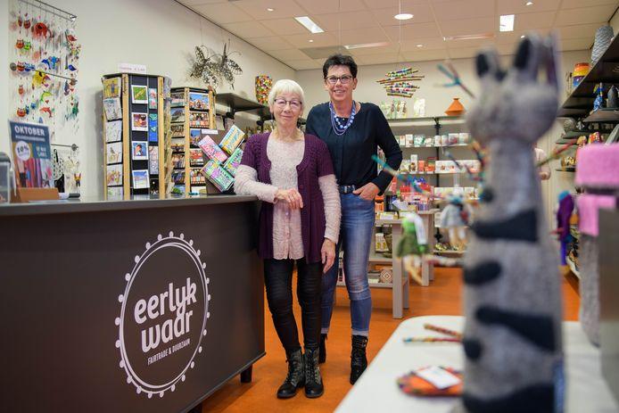 Personeel coördinator Riekje Arends (links) en winkel coördinator Annemarie ter Avest van Eerlyk Waar.