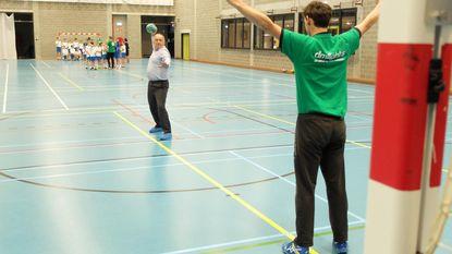 Politici gooien balletje bij jarige handbalclub